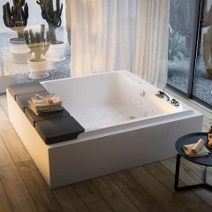 Square bathtub by GLASS 1989