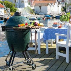 Ceramic barbecue by Big Green Egg